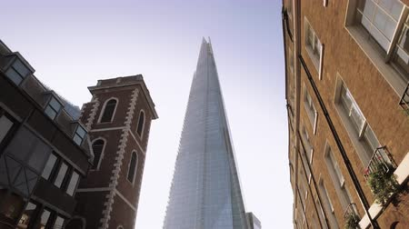 rústico : Moving slowly toward the shard building through the streets of London, revealing the shard against a blue sky with sunburst.