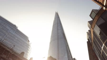 rústico : Moving slowly away from the shard in London in morning sunlight against blue sky. Stock Footage