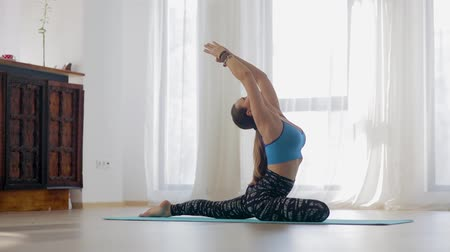 Camera slider footage of a yoga trainer executing a sequence of asanas 影像素材