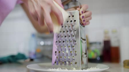 amadurecida : Womans hands grating matured cheddar for homemade recipe Stock Footage