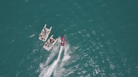 Hydrocycle ritten rond de catamaran in de Zwarte Zee bekijken van drone in slow motion Stockvideo