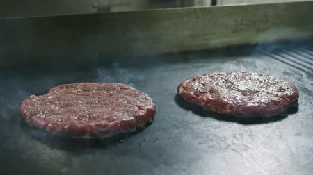braadkip : Koteletten voor hamburgers worden geroosterd en er is stoom van hen in 4K-resolutie in slow motion Stockvideo