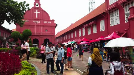 голландский : MALACCA, MALAYSIA - 15 SEPTEMBER 2019: Tourist at Dutch Square in Malacca, Malaysia.It has been listed as UNESCO World Heritage Site since 2008