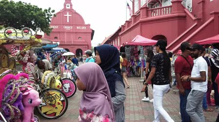 голландский : MALACCA, MALAYSIA - 15 SEPTEMBER 2019: Tourist at Dutch Square in Malacca, Malaysia.It has been listed as UNESCO World Heritage Site since 2006