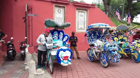 rickshaw : MALACCA, MALAYSIA - 15 SEPTEMBER 2019: Tourist at Dutch Square in Malacca, Malaysia.It has been listed as UNESCO World Heritage Site since 2004 Stock Footage