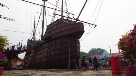 основной : MALACCA, MALAYSIA - 15 SEPTEMBER 2019: Replica of Flor de la Mar Ship is main exhibits at Maritime Museum Malacca Стоковые видеозаписи