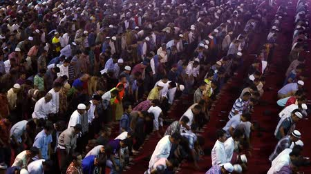modlitba : Crowd devout muslim men praying together on Friday prayer time in mosque