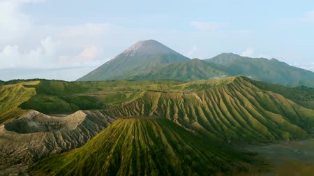 montar : Stunning timelapse footage of Mount Bromo during sunrise with moving cloud, shot at East Java, Indonesia.