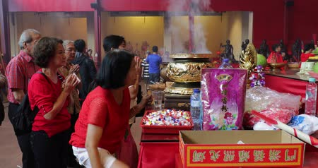 myrrh : JAKARTA - Indonesia. March 26, 2018: Chinese people doing ritual in the temple to celebrate Chinese New Year at Jin De Yuan Temple at Glodok, Jakarta. Shot in 4k resolution Stock Footage