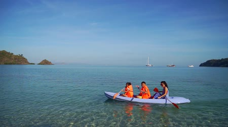 Флорес : Happy family enjoying holiday by kayaking togehter at Labu Bajo beach, East Nusa Tenggara near Bali, Indonesia