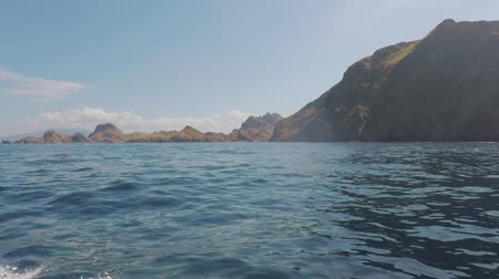 Флорес : Beautiful tropical island landscape from a boat moving to Komodo Island, East Nusa Tenggara, Indonesia