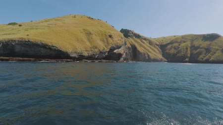 Флорес : Beautiful landscape of seascape from a boat with stone cliff at the Padar Island near Komodo Island, East Nusa Tenggara, Indonesia.