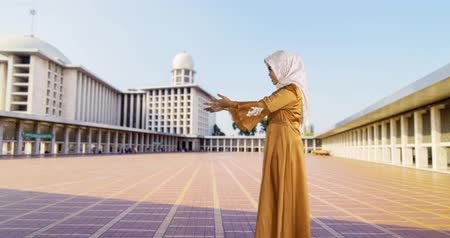 cami : Happy young muslim mother hugging her son in Istiqlal Mosque at Jakarta, Indonesia. Shot in 4k resolution Stok Video