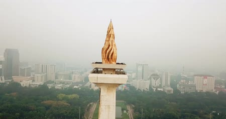 obelisco : JAKARTA, Indonesia - May 30, 2018: Aerial footage of National Monument Jakarta from a drone during misty morning. Shot in 4k resolution