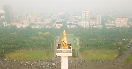 obelisk : JAKARTA, Indonesia - June 08, 2018: Beautiful aerial shot of Jakarta National Monument with fog on the morning. Shot in 4k resolution Stock Footage