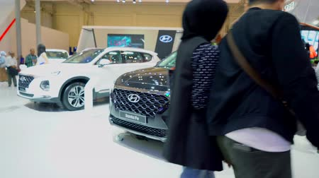 humain : Tangerang, Indonésie - 08 août 2018: La nouvelle voiture Hyundai Santa Fe a été présentée au salon international de l'automobile Gaikindo Indonesia. Tourné en résolution 4k