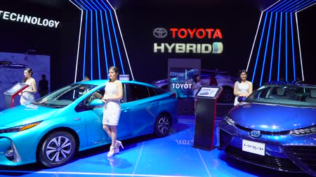 dançarinos : Tangerang, Indonesia - August 08, 2018: Toyota Prius Plug-in Hybrid EC dan Toyota Mirai Fuel Cell EV cars in Gaikindo Indonesia International Auto Show. Shot in 4k resolution