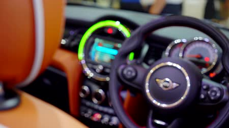 sofisticado : Tangerang, Indonesia - August 08, 2018: Slow motion of steering wheel of Mini Cooper car displayed in Gaikindo Indonesia International Auto Show Stock Footage