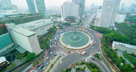 központi : JAKARTA, Indonesia - September 13, 2018: Beautiful aerial scenery of Hotel Indonesia Roundabout at dusk time with busy traffic. Shot in 4k resolution