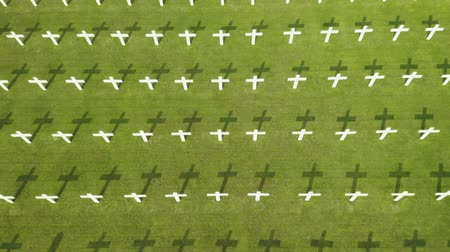 надгробная плита : JAKARTA, Indonesia - October 09, 2018: Aerial view of Dutch war graveyard with rows of crosses and green grass at Ereveld Menteng Pulo in Jakarta, Indonesia. Shot in 4k resolution Стоковые видеозаписи