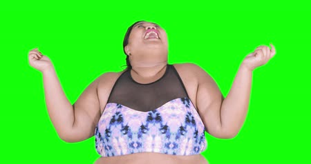 obesidade : Overweight woman with presenting hands gesture in the studio, shot in 4k resolution with green screen background Vídeos