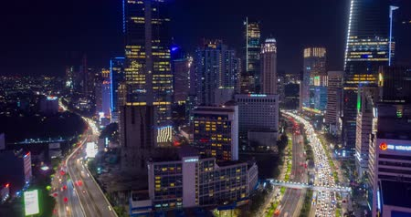 metropolitní : JAKARTA, Indonesia - January 16, 2019: Aerial hyperlapse of Jakarta skyline with night traffic and skyscrapers. Shot in 4k resolution Dostupné videozáznamy