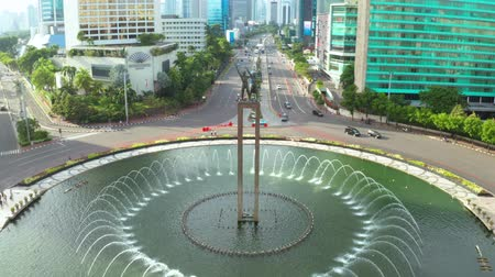 sudirman : JAKARTA, Indonesia - January 22, 2019: Aerial view of fountain on the pond at Hotel Indonesia Roundabout in Jakarta, Indonesia. Shot in 4k resolution Stock Footage