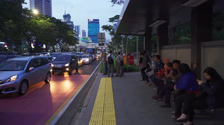 preso : JAKARTA, Indonesia - February 11, 2019: Traffic jam and crowded people waiting bus on the bus stop in Jakarta, Indonesia. Shot in 4k resolution