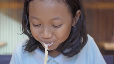 лапша : Happy little girl enjoying delicious spaghetti carbonara in the restaurant. Shot in 4k resolution