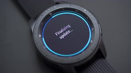 atualizar : JAKARTA, Indonesia - March 19, 2019: Samsung Galaxy Watch smartwatch finalizing software or application update. Shot in 4k resolution
