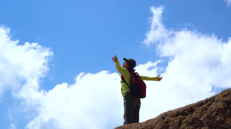 wspinaczka : Young woman enjoying freedom on the hill while carrying backpack for hiking. Shot in 4k resolution