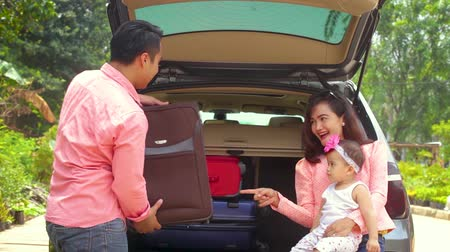 coisas : Happy family preparing luggage in the car for holiday. Happy family going to vacation concept Vídeos