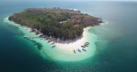 esquerda : Beautiful aerial view of Gili Nanggu Island with white sand, boats, and turquoise water in Lombok near Bali, Indonesia. Shot in 4k resolution from a drone flying from right to left Vídeos