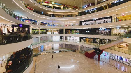 merdiven : JAKARTA, Indonesia - May 14, 2019: Luxury shopping mall with modern interior and fashion stores view. Stok Video