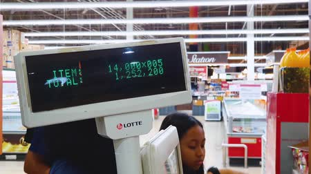 редакционный : JAKARTA, Indonesia - May 21, 2019: Closeup of cashier machine screen displaying the total price of groceries