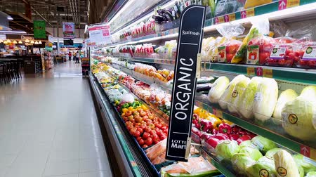 mercearia : JAKARTA, Indonesia - May 21, 2019: Fresh organic vegetables on self in the supermarket