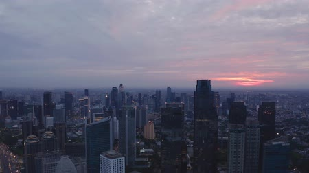 解決 : JAKARTA, Indonesia - May 23, 2019: Beautiful aerial Jakarta cityscape with silhouette of skyscrapers at dawn. Shot in 4k resolution from a drone flying left to right