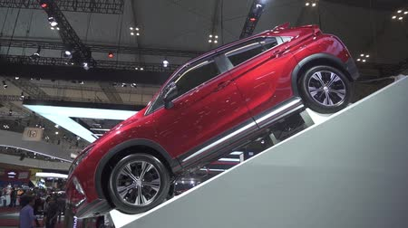 autohaus : JAKARTA, Indonesien - 23. Juli 2019: Seitenansicht des neuen Mitsubishi Eclipse Cross-Autos, das in der GAIKINDO Indonesia International Auto Show (GIIAS) 2019 auf der Indonesia Convention Exhibition (ICE) gezeigt wurde