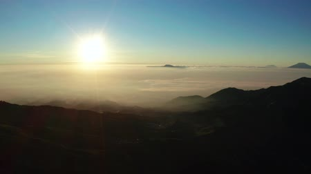 плато : Beautiful aerial landscape of sunrise with clear sky and silhouette of valley in Dieng Plateau, Wonosobo, Central Java. Shot in 4k resolution from a done