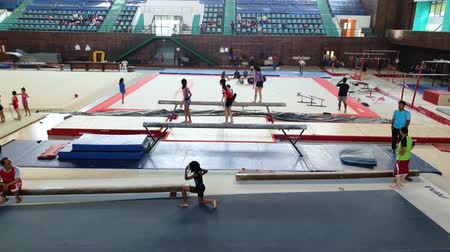 ритмичный : JAKARTA, Indonesia - August 08, 2019: Group of little girls doing gymnastics in gymnasium with their coach Стоковые видеозаписи