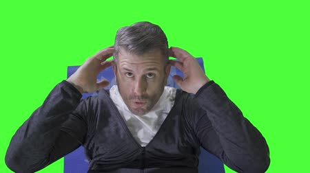 břišní : Top view of caucasian man doing sit up on the mat while wearing sportswear. Shot in 4k resolution with green screen background Dostupné videozáznamy