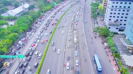 строк : JAKARTA, Indonesia - January 27, 2020: Aerial view of crowded vehicle moving on the tollway and regular road during rush hour Стоковые видеозаписи