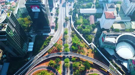 csomópont : JAKARTA, Indonesia - January 29, 2020: Top down view of Simpang Susun Semanggi with quiet traffic at morning time. Shot in 4k resolution from a drone flying backwards Stock mozgókép