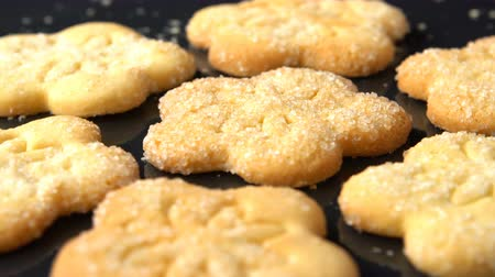сахар : Delicious yummy freshly baked homemade cookies on a black roasting pan. Strewed with white sugar. Seamless loopable.