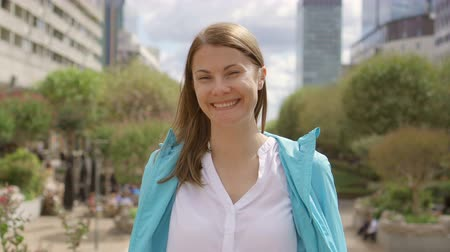 colarinho branco : Portrait of smiling businesswoman in white shirt in city downtown. Looking at camera smiling. Professional female having break Stock Footage