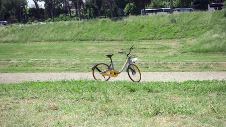 localização : ROME, ITALY - CIRCA May 2018: Yellow oBike bicycle standing on Circus Maximus in Rome, Italy. Stationless bicycle sharing system with operations via gps location in smart phone