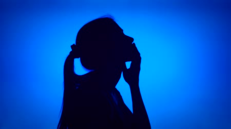 melankoli : Silhouette of young frustrated woman. Females face in profile in despair on blue background. Black contour shadow of sad teenagers half-face showing strong negative emotions