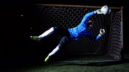 вратарь : Football Goalkeeper - Super Slow Motion