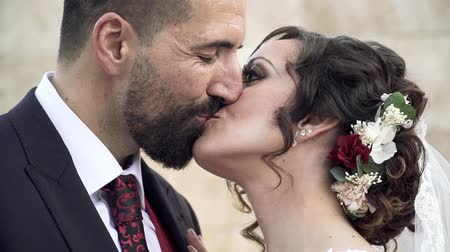 nevěsta : A couple of newlyweds kissing. Close-up outdoors. Young bride and groom.