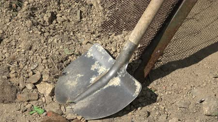 Łopata : Old shovel with wooden handle. Old shovel in sand for construction.